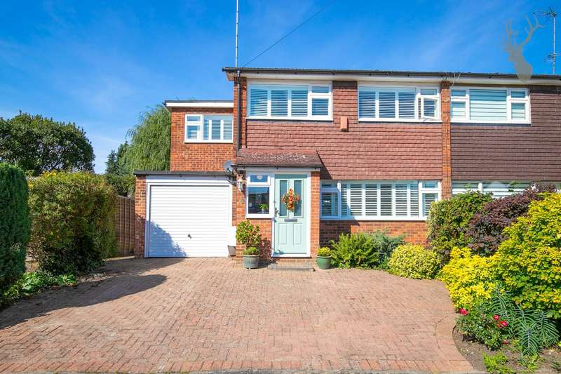 4 Bedrooms Semi Detached House for sale in Barnmead, Theydon Bois,