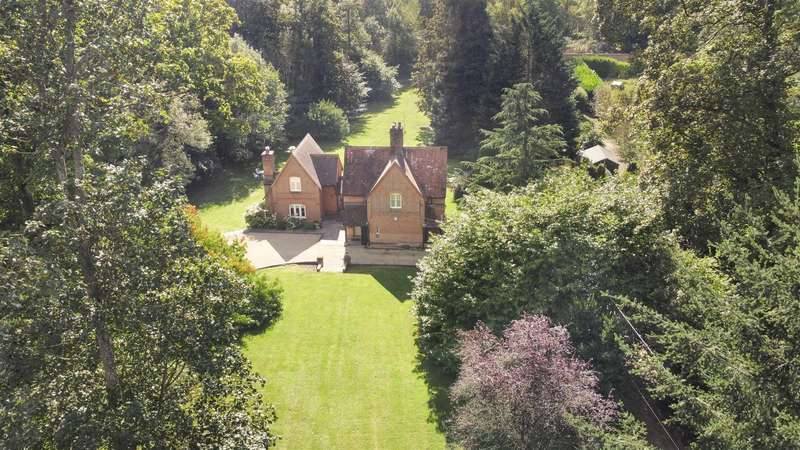 3 Bedrooms Detached House for sale in Buckhold, Pangbourne, Reading