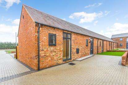 2 Bedrooms Barn Conversion Character Property for sale in Bull Farm, Watling Street, Hockliffe, Leighton Buzzard