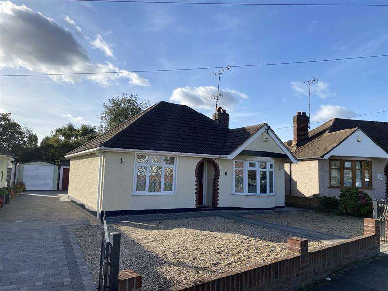 2 Bedrooms Bungalow for sale in Weir Gardens, Rayleigh, Essex, SS6