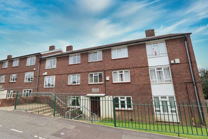 2 Bedrooms Flat for sale in Highfield Road, Romford, RM5