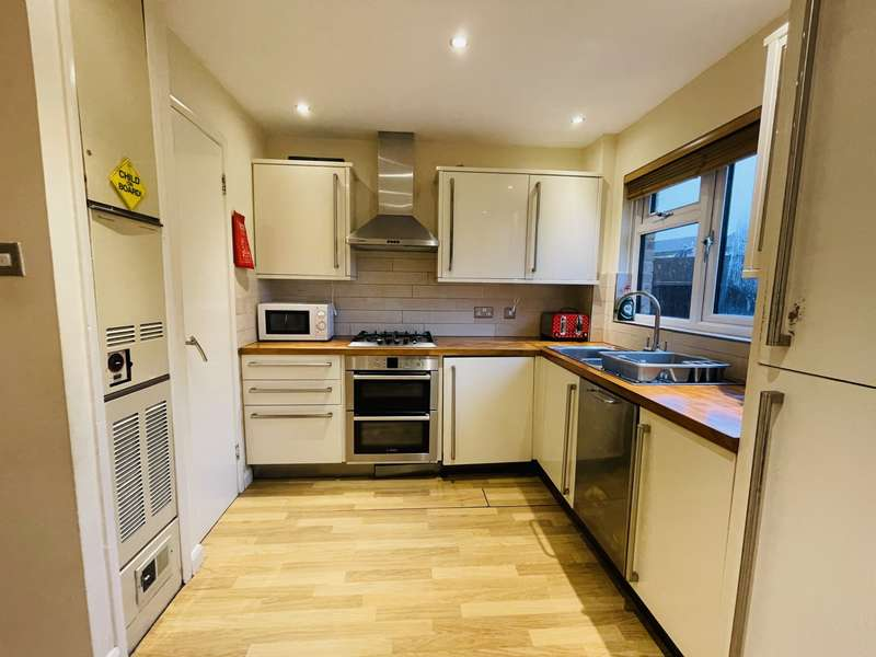 2 Bedrooms Terraced House for rent in Armstrong Close, Dagenham Essex, RM8