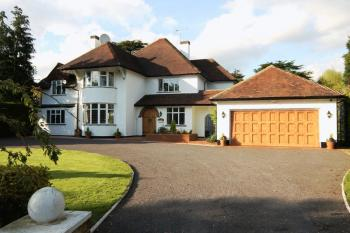 5 Bedrooms Detached House for sale in Priory Drive, Stanmore