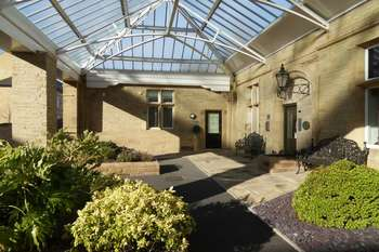 2 Bedrooms Flat for sale in Charlotte Close, Halifax