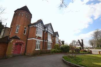 2 Bedrooms Flat for sale in Grove Park Road, Mottingham Village, London, SE9