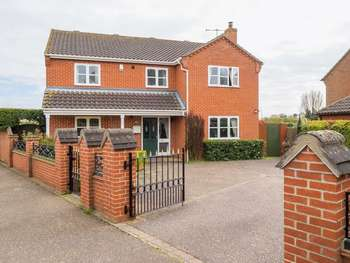 4 Bedrooms Detached House for sale in St. Johns Close, Coltishall, Norwich, Norfolk