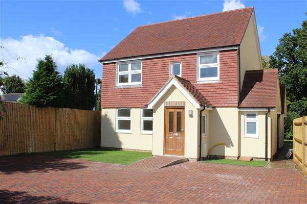 4 Bedrooms Detached House for sale in Sandy Cottage, Tinsley Green, Crawley