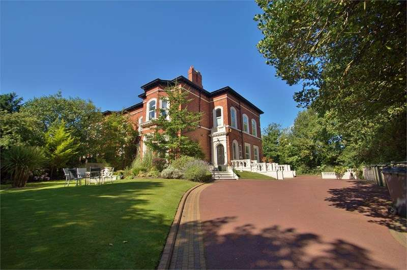 3 Bedrooms Flat for sale in Westcliffe Road