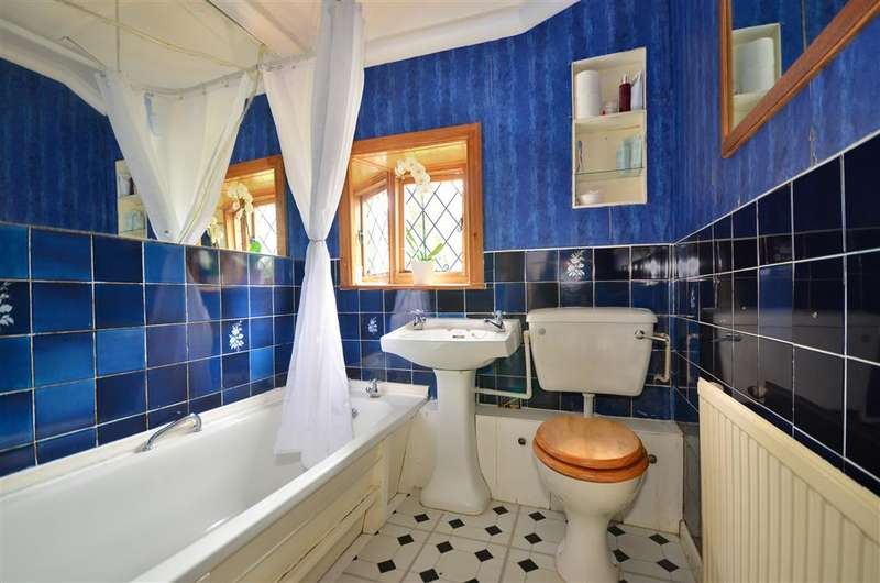2 Bedrooms Flat for sale in Carisbrooke High Street, Newport, Isle of Wight