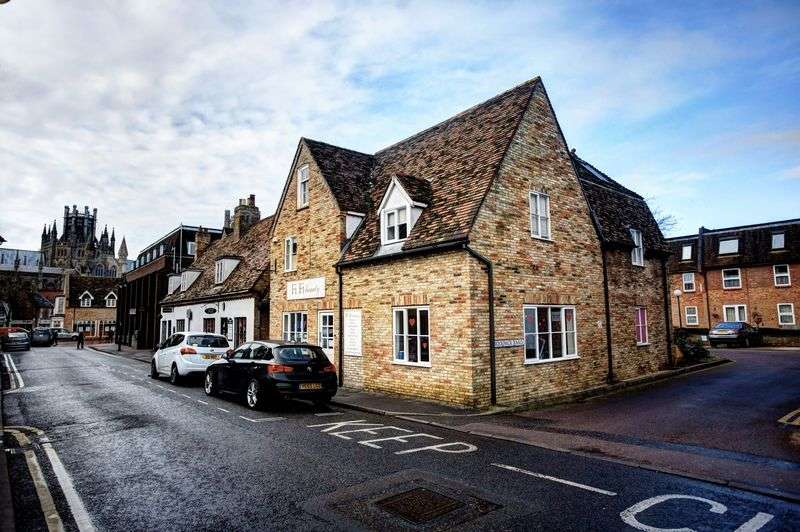 1 Bedroom Flat for sale in Ely - Grade II listed 2nd floor 'loft apartment' with allocated parking space, siutated in the town centre.