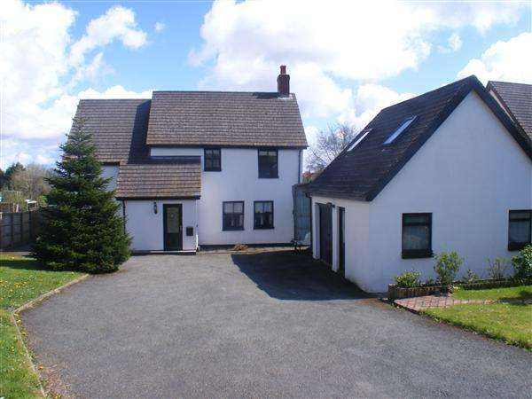 4 Bedrooms Detached House for sale in Lamborough Gardens, Clarbeston Road, Haverfordwest