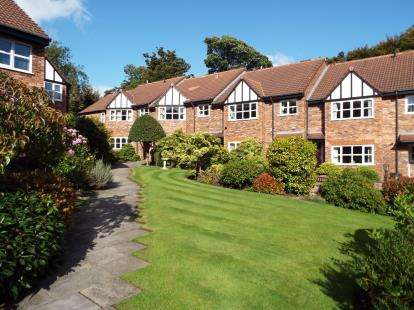 2 Bedrooms Flat for sale in Heaton Court Gardens, Chorley New Road, Bolton, Greater Manchester, BL1