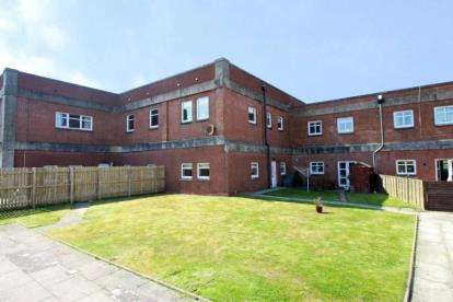 3 Bedrooms Terraced House for sale in Broadside Court, Denny