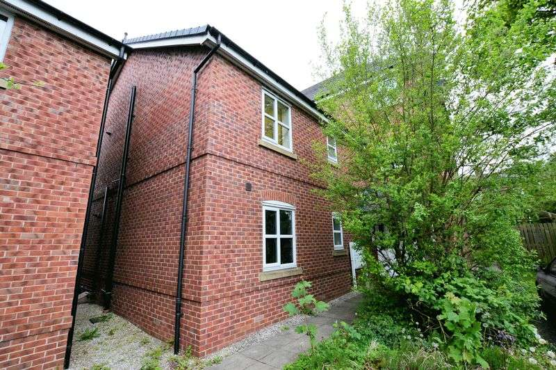 2 Bedrooms Flat for sale in Scholars Way, Bury