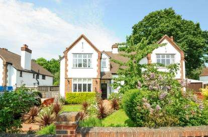 3 Bedrooms Semi Detached House for sale in Tudor Gardens, West Wickham