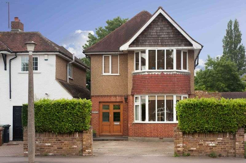5 Bedrooms Detached House for sale in Elm Way, Rickmansworth, WD3 7BD