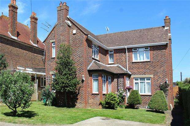 4 Bedrooms Detached House for sale in Arundel Road, Littlehampton, West Sussex, BN17