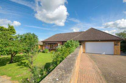3 Bedrooms Bungalow for sale in Westfields Street, Rushden, Northants