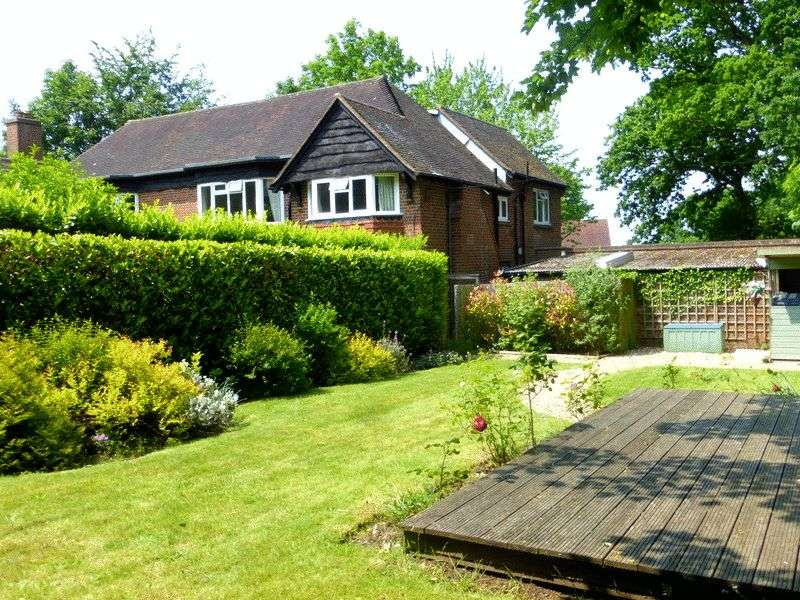 2 Bedrooms Flat for sale in Leatherhead Road, Ashtead