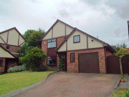 4 Bedrooms Detached House for sale in Kirkdale Close, Darwen, Lancashire, BB3