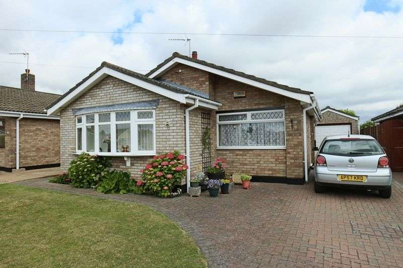 3 Bedrooms Bungalow for sale in Thurne Road, Oulton Broad, Lowestoft