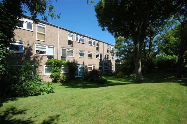 2 Bedrooms Maisonette Flat for sale in Harrowdene Gardens, Teddington