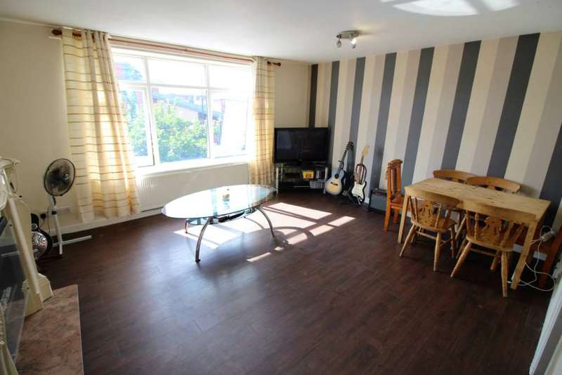 2 Bedrooms Flat for sale in Moss Road, Stretford