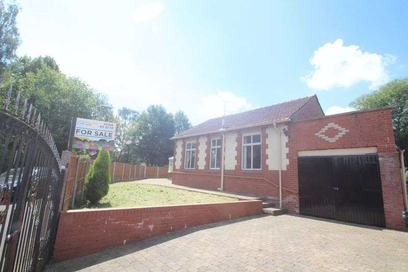 3 Bedrooms Semi Detached Bungalow for sale in Half Acre Drive, Bamford, Rochdale OL11 4BU