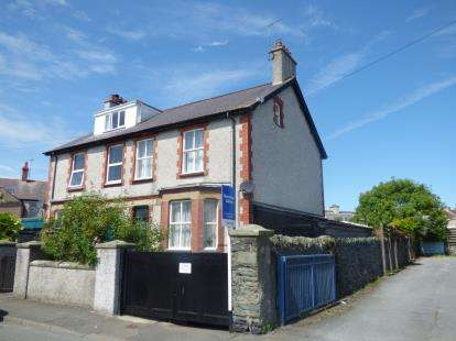 4 Bedrooms Semi Detached House for sale in Cyttir Road, Holyhead, Sir Ynys Mon, LL65