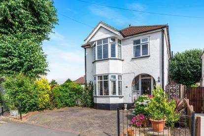 3 Bedrooms Detached House for sale in Hornchurch