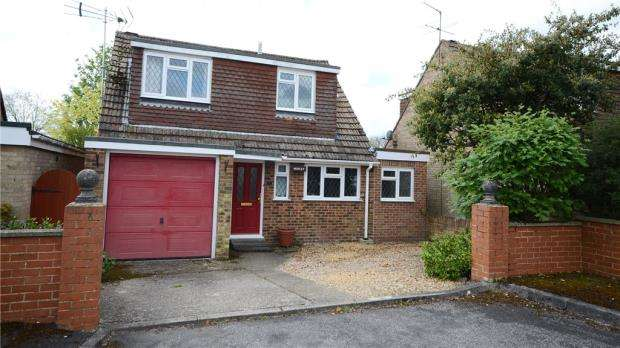 3 Bedrooms Detached House for sale in Royale Close, Aldershot, Hampshire