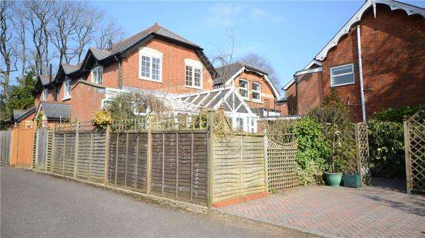 2 Bedrooms Semi Detached House for sale in Church Lane West, Aldershot, Hampshire