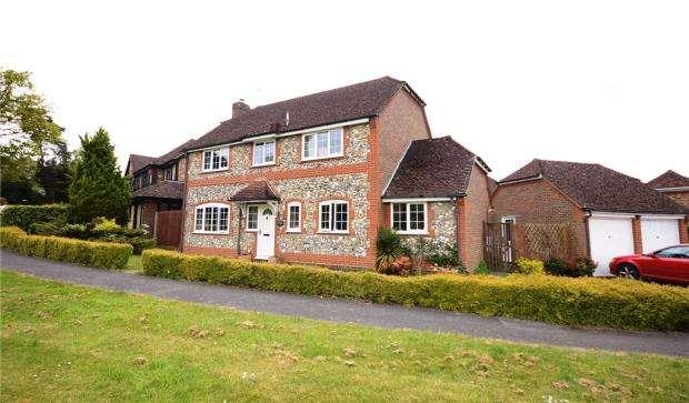 4 Bedrooms Detached House for sale in 72 Albert Road, Bagshot, Surrey, GU19 5QJ