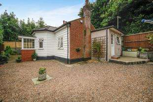 2 Bedrooms Bungalow for sale in Croydon Road, Caterham, Surrey, .