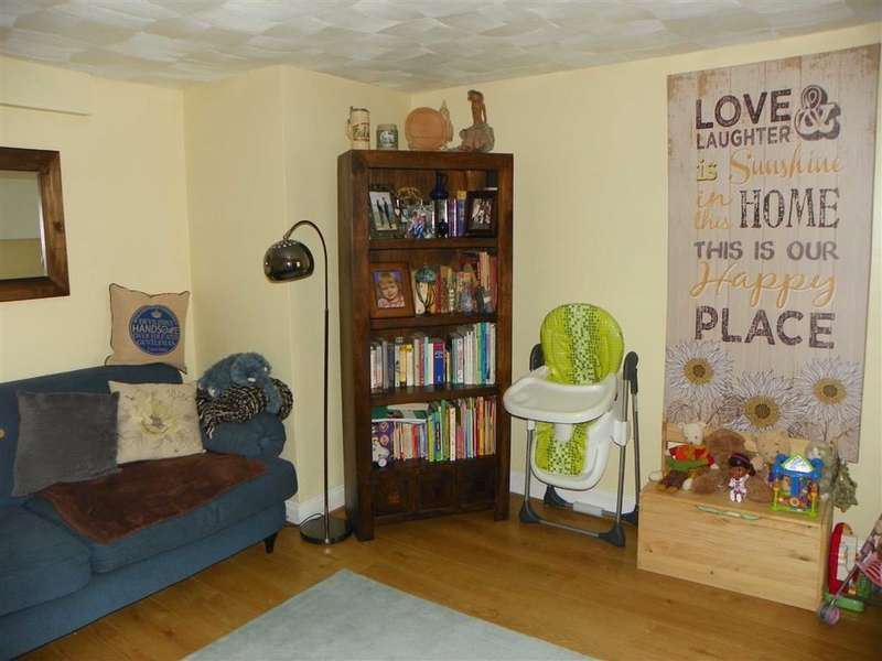 2 Bedrooms Flat for sale in High Street, Pembroke Dock