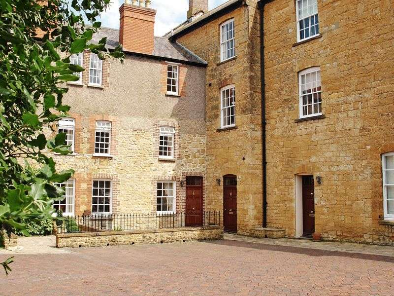 3 Bedrooms Terraced House for sale in The Old Green, Sherborne