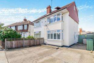 3 Bedrooms Semi Detached House for sale in Ashcroft Road, Chessington, Surrey