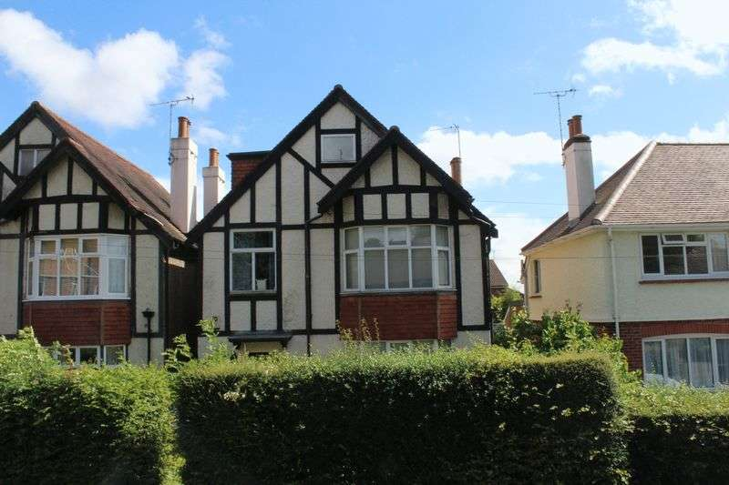 4 Bedrooms Detached House for sale in Crescent Road, Burgess Hill