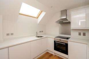 2 Bedrooms Flat for sale in Pinewood House, Chaldon Road, Caterham On The Hill, Surrey