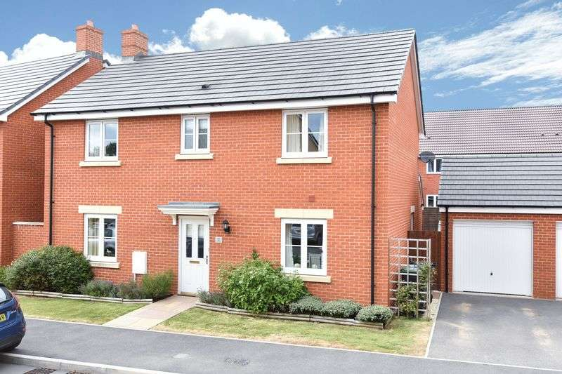 4 Bedrooms Detached House for sale in Castlemead