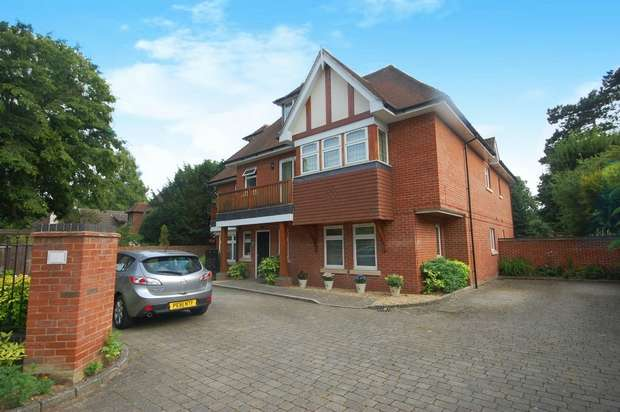 2 Bedrooms Flat for sale in Broad Lane, Hampton