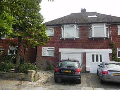 3 Bedrooms Semi Detached House for sale in Squirrels Close, London