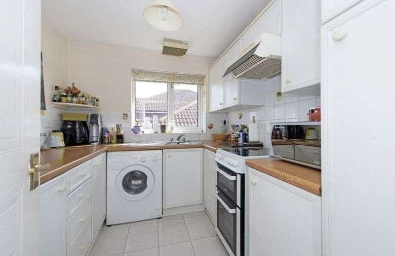 2 Bedrooms Flat for sale in A light spacious third (top) floor apartment in this modern purpose built development close to local amenities.