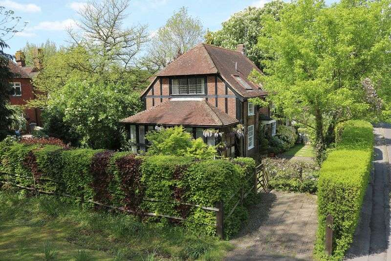 3 Bedrooms Detached House for sale in Compton Village Green