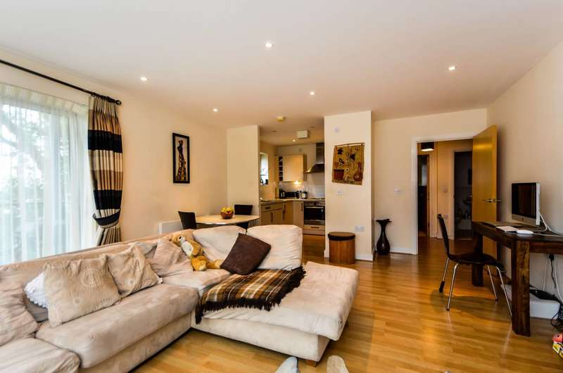 2 Bedrooms Flat for sale in Desvignes Drive, Hither Green, SE13