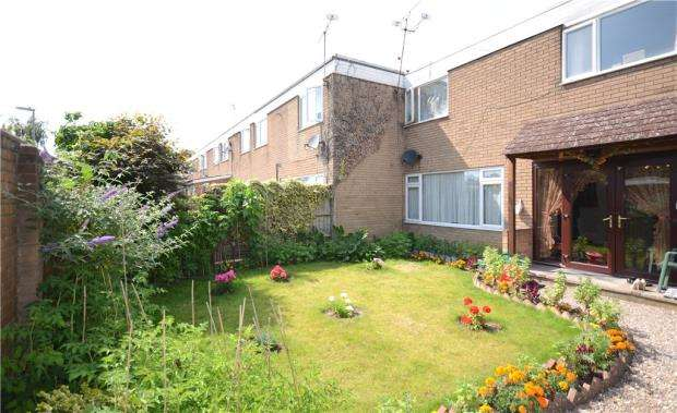 4 Bedrooms End Of Terrace House for sale in Caswell Close, Farnborough, Hampshire