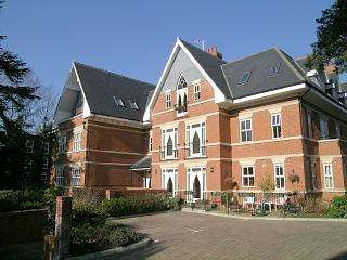 2 Bedrooms Flat for sale in Ascent House, 2 Ellesmere Road, Weybridge, Surrey, KT13