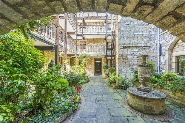 2 Bedrooms Flat for sale in Caxton Court, Grove Street, BATH, BA2