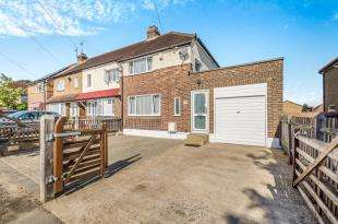 2 Bedrooms End Of Terrace House for sale in Wilson Road, Chessington, Surrey