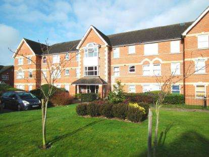 2 Bedrooms Flat for sale in Cobham Close, Enfield
